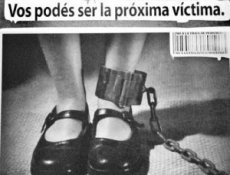 A young woman's legs with a cuff and the subtitle ''Vos podés sér la próxima víctima''