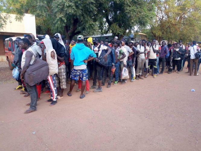 Men deported from Algeria queuing after their arrival to Bamako, October 25, 2017. Photo Credit: Bukary Dao/Le Républicain